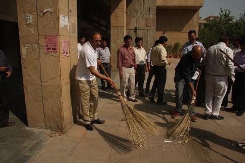 स्वच्छ भारत अभियान पर कार्यालय परिसर की सफाई अभियान में सीआईडी नेपोक के अग्रणी अधिकारी और कर्मचारी