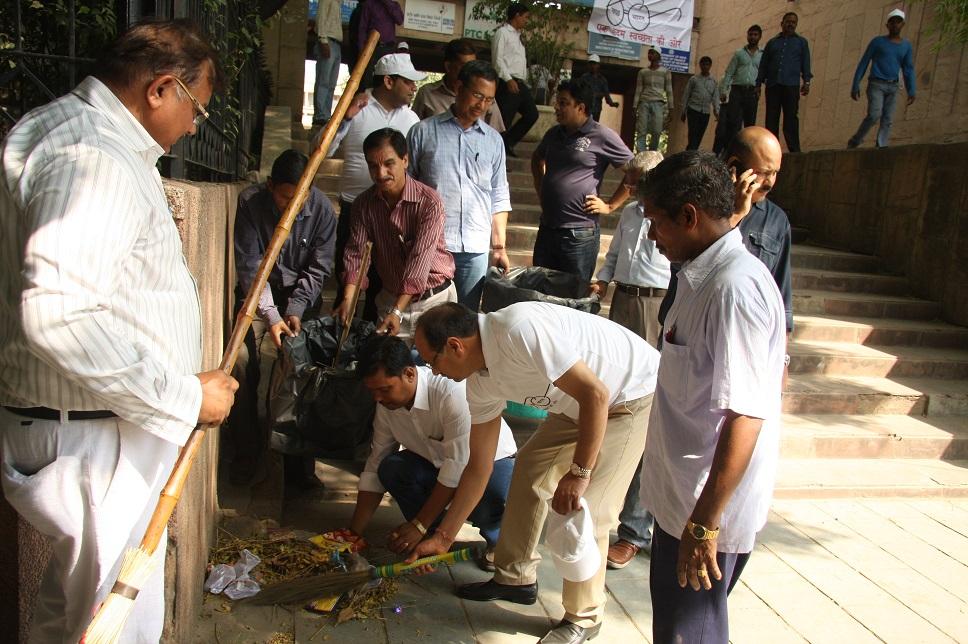 श्री पी.सी. पंकज, सीएमडी के नेतृत्व में नेपोको नई दिल्ली कार्यालय परिसर में सफाई अभियान।