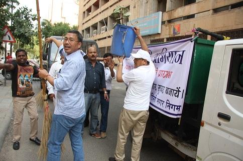 श्री पी.सी.पंकज नई दिल्ली में स्वच्छ भारत अभियान के दौरान कचरे के बिन में उगते हुए हैं।
